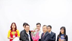 Đại sứ Việt Nam tại Nhật Bản Vũ Hồng Nam (phải) trao hoa tặng ông Lê Anh Sơn, Chủ tịch Hội Người Việt Nam tại tỉnh Aichi