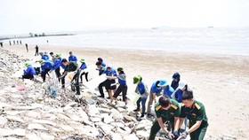Đoàn viên, thanh niên và tuổi trẻ lực lượng vũ trang cùng dọn rác bãi biển huyện Cần Giờ