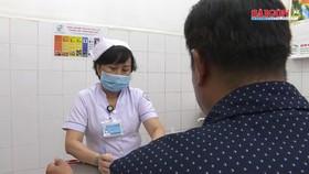 Người dùng vật nhọn tấn công người đi đường không bị nhiễm HIV