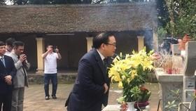Bí thư Thành ủy Hà Nội Hoàng Trung Hải và các đại biểu dâng hương tưởng nhớ Vua Ngô Quyền. Ảnh: TTXVN