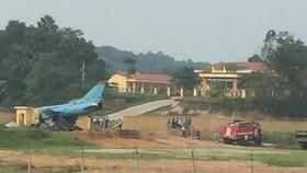 Máy bay quân sự khi hạ cánh đã chệch đường băng và đâm vào bức tường. Ảnh: TTXVN phát