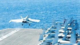 Máy bay chiến đấu Mỹ cất cánh từ tàu sân bay USS Abraham Lincoln