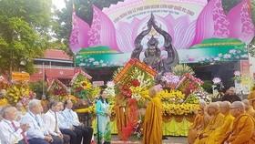 Chủ tịch HĐND TPHCM Nguyễn Thị Lệ tặng hoa chư tôn đức Ban Trị sự Giáo hội Phật giáo Việt Nam quận 3