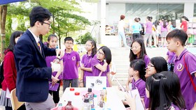 Để phát triển năng lực của học sinh cần chuẩn hóa đội ngũ giáo viên (Ảnh: Thầy và trò trong ngày hội STEM 2016 tại Hà Nội)