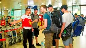 Sân bay Tân Sơn Nhất sáng nay rợp sắc đỏ