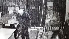Hình ảnh đối tượng và camera an ninh ghi nhận vụ việc.