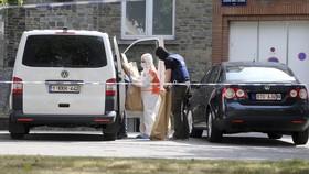 Cảnh sát và nhân viên pháp y trong cuộc khám xét nhà nghi phạm ở quận Molenbeek, Brussels, Bỉ, ngày 21-6-2017. Ảnh: AP
