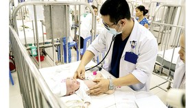 Bác sĩ Bệnh viện Nhi đồng 2, TPHCM thăm khám bệnh nhi mắc bệnh về hô hấp