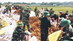 Bộ đội giúp dân gia cố đê điều tại huyện Quốc Oai, Hà Nội