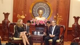 Bí thư Thành ủy TPHCM Nguyễn Thiện Nhân tiếp bà Mary Tarnowka, Tổng lãnh sự Hoa Kỳ tại TPHCM. Ảnh: VOH