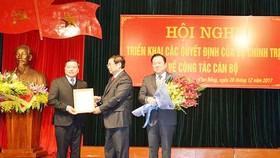 Ông Phạm Minh Chính trao Quyết định cho ông Lại Xuân Môn. Ảnh: VOV