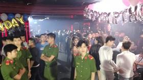 Lực lượng chức năng tại quán bar. Ảnh : CHÍ THẠCH