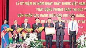 Chủ tịch nước Trần Đại Quang trao Huân chương Lao động hạng nhì cho Bệnh viện Bạch Mai. Ảnh: TTXVN