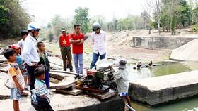 Người dân huyện miền núi Hướng Hóa (Quảng Trị) nỗ lực bơm nước từ dòng sông cạn cứu cây trồng khô hạn