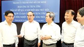 Bí thư Thành ủy TPHCM Nguyễn Thiện Nhân và Trưởng ban kinh tế Trung ương Nguyễn Văn Bình trao đổi cùng các đại biểu. Ảnh: Cao Thăng