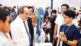Bí thư Thành ủy TPHCM Nguyễn Thiện Nhân tham quan gian hàng triển lãm tại Ngày hội Khởi nghiệp Việt Nam năm 2018. Ảnh: HOÀNG HÙNG