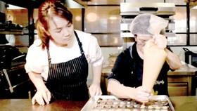 Bà Tay được cô Pan hướng dẫn làm bánh