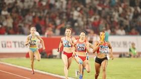 Quách Thị Lan (7) cùng đồng đội đoạt HCĐ nội dung 4x400m nữ