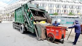 Xe thu gom rác tại quận 8, TPHCM. Ảnh: THÀNH TRÍ