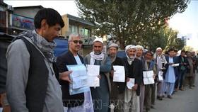 Cử tri Afghanistan xếp hàng chờ bỏ phiếu tại một điểm bầu cử Quốc hội ở Kabul ngày 20/10/2018. Ảnh: THX/TTXVN