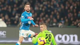 Dries Mertens trong pha ghi bàn vào lưới thủ môn L.Skorupski, ấn định chiến thắng 3 - 2 cho Napoli trước Bologna