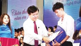 Ông Ngô Văn Đông - Tổng giám đốc Công ty CP Phân bón Bình Điền - tặng học bổng cho học sinh nghèo học giỏi tại Tây Nguyên. Ảnh: PHAN NAM