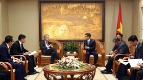 Phó Thủ tướng Vũ Đức Đam tiếp ông Ralph Haupter, Phó Chủ tịch Tập đoàn Microsoft kiêm Chủ tịch Microsoft châu Á. Ảnh: VOV