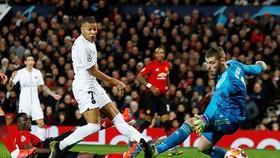 Kylian Mbappe (số 7) trong pha ghi bàn vào lưới thủ môn David De Gea. Ảnh: Reuters