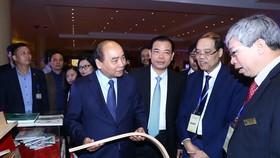 Thủ tướng Nguyễn Xuân Phúc thăm các gian trưng bày sản phẩm gỗ, lâm sản. Ảnh: TTXVN
