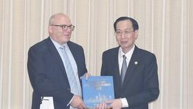 Phó Chủ tịch Thường trực UBND TPHCM Lê Thanh Liêm trao quà lưu niệm cho ông Grant MePherson, Tổng Giám đốc Điều hành Cơ quan Giáo dục New Zealand. Ảnh: hcmcpv