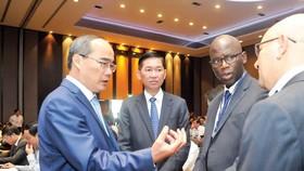 Bí thư Thành ủy TPHCM Nguyễn Thiện Nhân trao đổi với đại biểu tham dự hội nghị. Ảnh: CAO THĂNG
