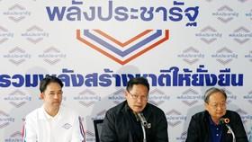 Uttama Savanayana, lãnh đạo Đảng Palang Pracharat, tổ chức họp báo tại Bangkok ngày 27-3. Ảnh: Reuters