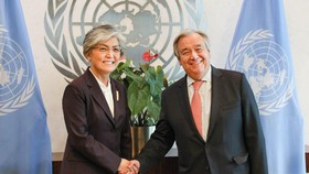 Tổng Thư ký Liên hợp quốc Guterres và Ngoại trưởng Hàn Quốc Kang Kyung-wha. Ảnh: Yonhap