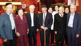 Tổng Bí thư, Chủ tịch nước Nguyễn Phú Trọng với các đồng chí lãnh đạo và nguyên lãnh đạo Đảng, Nhà nước tại hội nghị. Ảnh: TTXVN