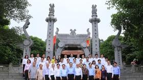 Chủ tịch Trần Thanh Mẫn và đoàn đại biểu chụp ảnh lưu niệm tại Đền thờ Lạc Long Quân, Khu di tích Lịch sử Đền Hùng, tỉnh Phú Thọ. Ảnh: Báo Điện tử Đảng Cộng sản