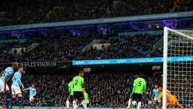 Manchester City (quần trắng) trong trận thắng Cardiff City 2 - 0.