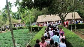 Hàng ngàn lượt khách đến viếng thăm quê Bác Hồ. Ảnh: Báo Nghệ An