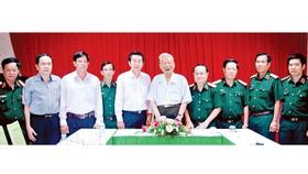 Đại tướng Lê Đức Anh, nguyên Bộ trưởng Bộ Quốc phòng, nguyên Chủ tịch nước CHXHCN Việt Nam trong một lần họp mặt với các đồng chí Đảng ủy Quân khu 9. Ảnh: THANH NGUYỄN