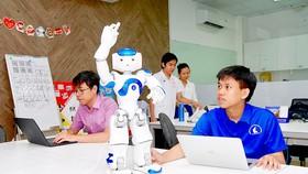 Hoàng Trung Hiếu (bìa phải), Cử nhân tài năng công nghệ thông tin khóa 2015 (Đại học Khoa học Tự nhiên TPHCM), nghiên cứu ứng dụng công nghệ AI vào robot. Ảnh: HOÀNG HÙNG