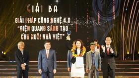 Đại diện Công ty CP Bóng đèn Điện Quang nhận Giải thưởng Sáng tạo TPHCM 2019.