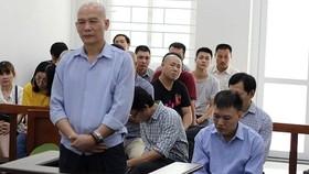 Lương Văn Hữu (đứng) và các bị cáo liên quan tại phiên tòa. Ảnh: Anninhthudo