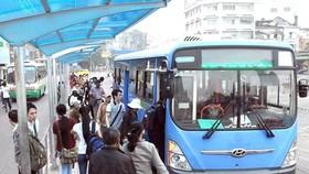 Hành khách đi xe buýt CNG tuyến Bến Thành - Bến xe Chợ Lớn. Ảnh: Cao Thăng