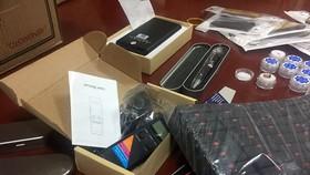 Hàng trăm thiết bị tai nghe siêu nhỏ, camera giấu kín được cảnh sát phát hiện. Ảnh: Tiền Phong online