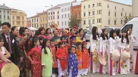 Ngày hội văn hóa của người Việt trên đường phố Czech. Ảnh: Báo Dân Tộc