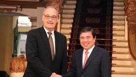Chủ tịch UBND TPHCM Nguyễn Thành Phong tiếp ông Guy Parmelin, Bộ trưởng Kinh tế, Đào tạo và Nghiên cứu Liên bang Thụy Sĩ. Ảnh: TTXVN