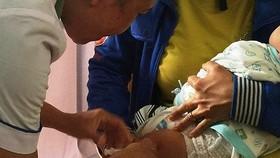 Làm rõ nguyên nhân cháu bé tử vong sau khi tiêm vaccine