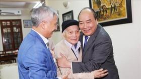 Thủ tướng Nguyễn Xuân Phúc thăm và chúc Tết Giáo sư Hoàng Tụy. Ảnh: TTXVN