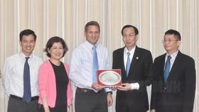 Phó Chủ tịch Thường trực UBND TPHCM Lê Thanh Liêm chụp hình lưu niệm với ông Todd Brady, Giám đốc Đối ngoại Tập đoàn Intel. Ảnh: hcmcpv