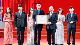 Thủ tướng Nguyễn Xuân Phúc trao tặng Huân chương Lao động hạng nhất cho Báo Lao động. Ảnh: TTXVN
