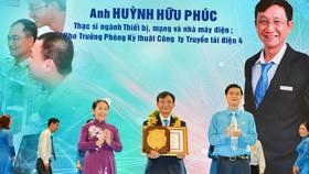 Đồng chí Võ Thị Dung, Phó Bí thư Thành ủy TPHCM và đồng chí Ngọ Duy Hiểu, Phó Chủ tịch Tổng Liên đoàn LĐVN trao giải thường Tôn Đức Thắng cho anh Huỳnh Hữu Phúc. Ảnh: VIỆT DŨNG